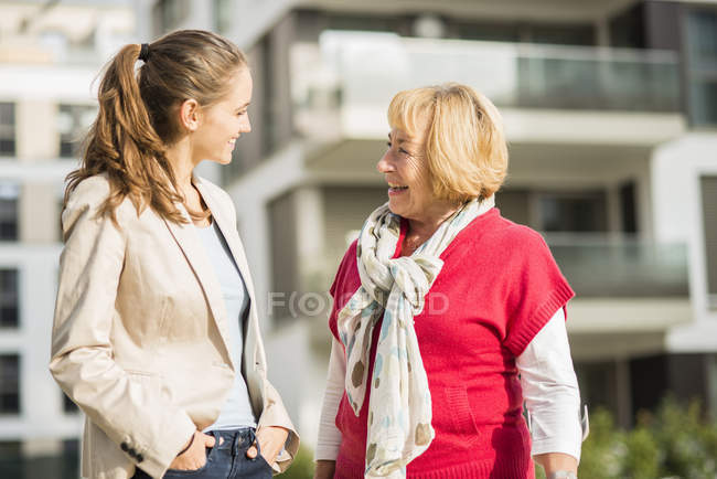 Petite fille et sa grand-mère communication — Photo de stock