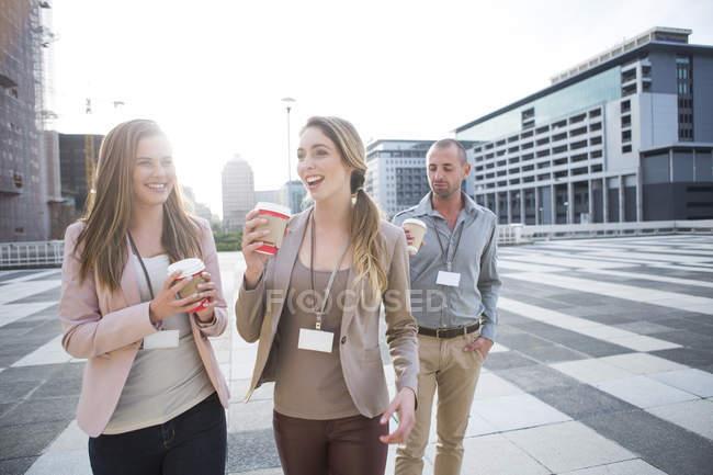 Três colegas tendo tempo de pausa — Fotografia de Stock