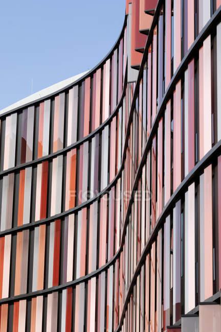 Alemania, Renania del Norte-Westfalia, Colonia, parte de la fachada del edificio de oficinas moderno - foto de stock