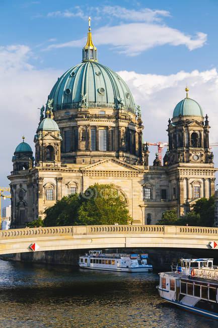 Allemagne, Berlin, vue sur la cathédrale de Berlin avec des bateaux d'excursion sur la rivière Spree au premier plan — Photo de stock