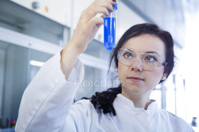 Female scientist working in a biochemistry laboratory — Stock Photo