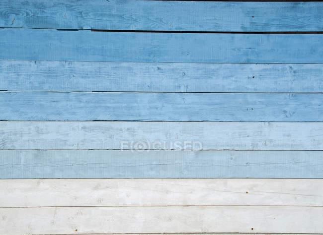 Франция, стена синего деревянного дома — стоковое фото