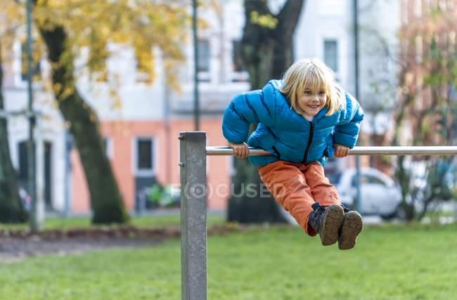 Fille faire de la gymnastique au bar haut — Photo de stock