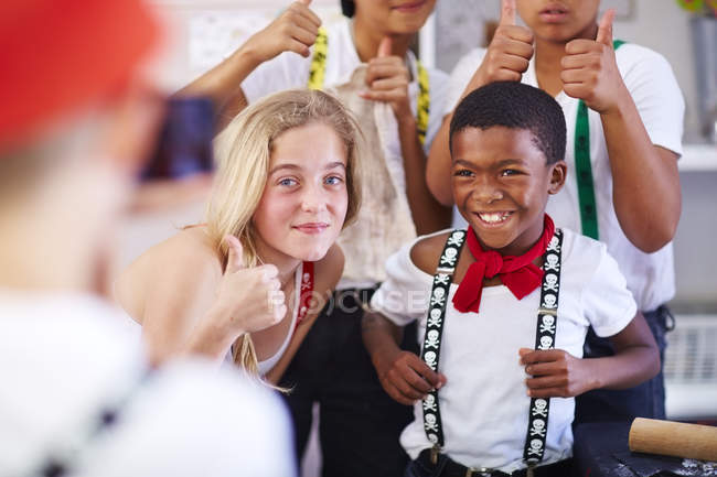 Kinder posiert auf Kamera auf Party mit Daumen nach oben — Stockfoto