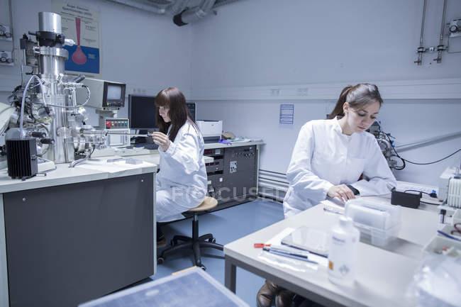 Zwei Technikerinnen in einem technischen Labor — Stockfoto