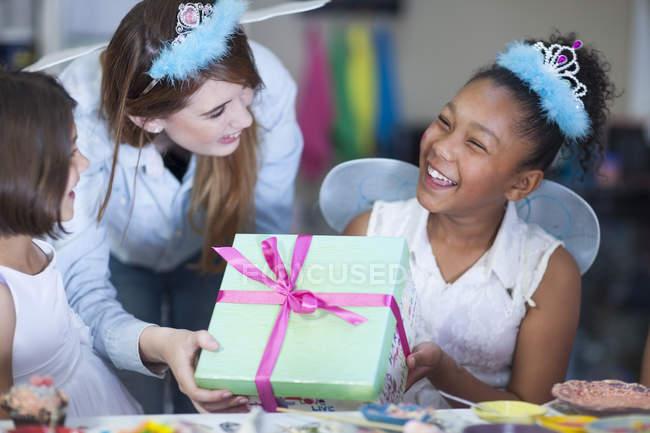 Девушка получает подарок на день рождения — стоковое фото