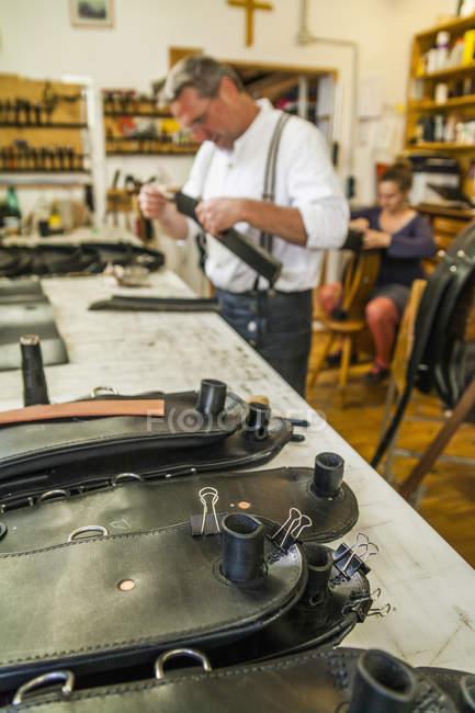 Сэдлером, склеивания вольтижировка пояса в мастерской — стоковое фото