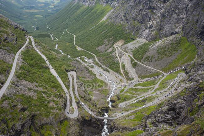 Norway, More og Romsdal, Rauma, Trollstigen road on hill — Photo de stock