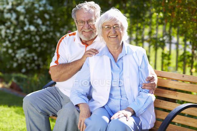 Glückliches Seniorenpaar auf Parkbank — Stockfoto