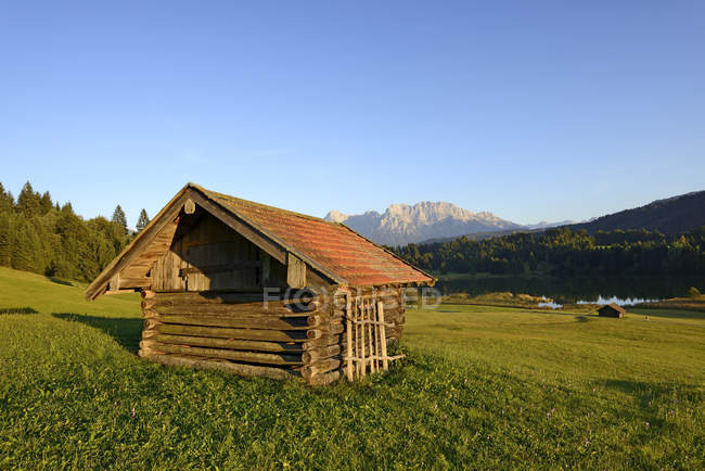 Allemagne, Bavière, Haute Bavière, Werdenfelser Land, Fabrice, Grange au lac de Geroldsee pendant la journée — Photo de stock
