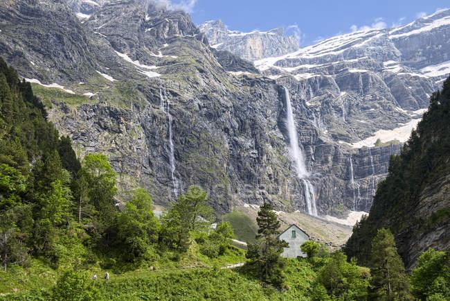 Водоспад, з видом на гори — стокове фото
