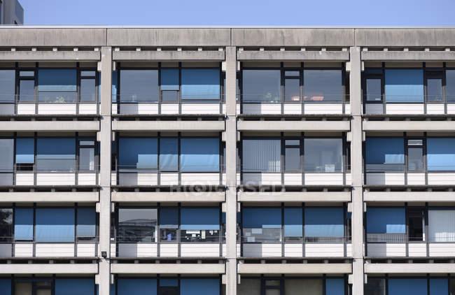 Alemania, Renania del Norte-Westfalia, Duesseldorf, fachada del edificio de la Universidad - foto de stock