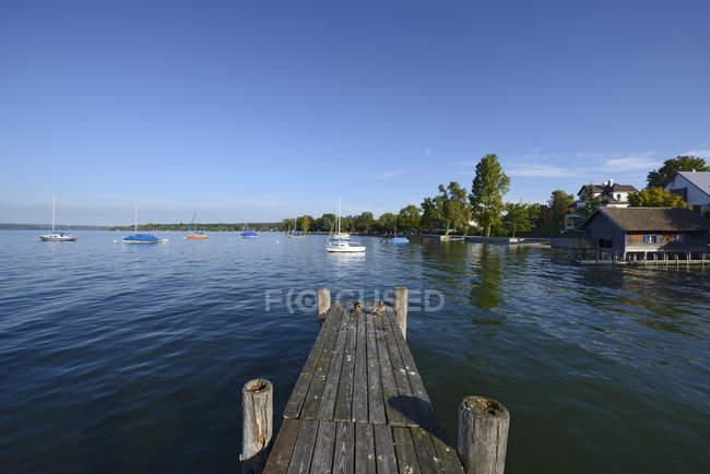 Allemagne, Bavière, Haute-Bavière, près de Herrsching, lac Ammersee et jetée en bois — Photo de stock