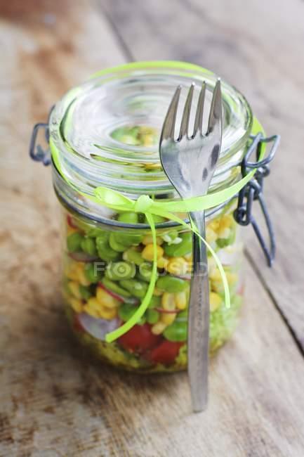 Gemüsesalat mit Mais, Bohnen und Radieschen im Einmachglas — Stockfoto
