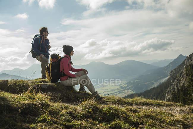 Austria, Tyrol, Tannheimer Tal, young couple resting on hiking tour — Stock Photo