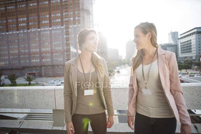 Deux femmes d'affaires, communiquer à l'extérieur — Photo de stock