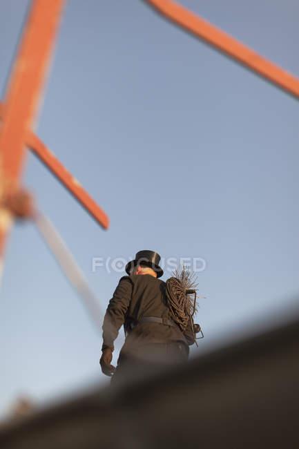 Vista posteriore dello spazzacamino che cammina sul tetto — Foto stock