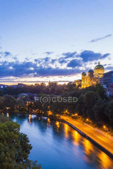 Cityscape with Federal Palace and River Aare in evening Bern, Switzerland — Stock Photo