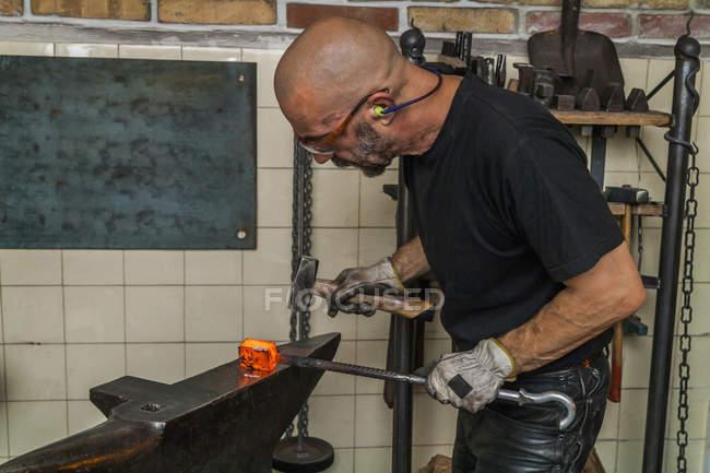 Faca fabricante em oficina no trabalho — Fotografia de Stock