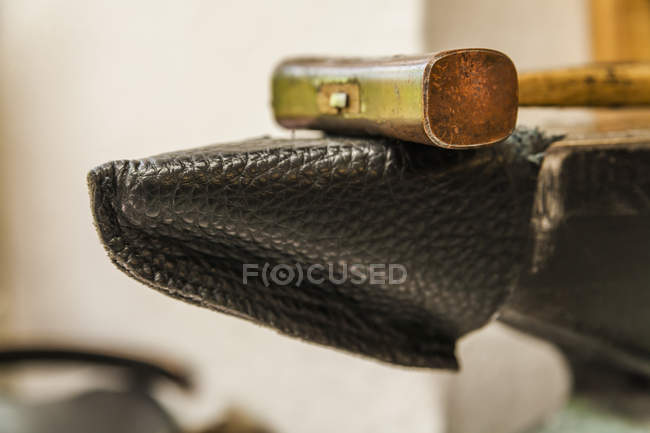 Hammer auf dem Amboss mit Lederbezug, Nahaufnahme — Stockfoto