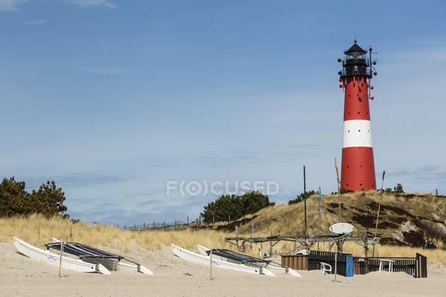 Німеччина, спогади про Шлезвіг-Гольштейн Зільт, перегляд човни на піску на пляжі і маяк денний час — стокове фото