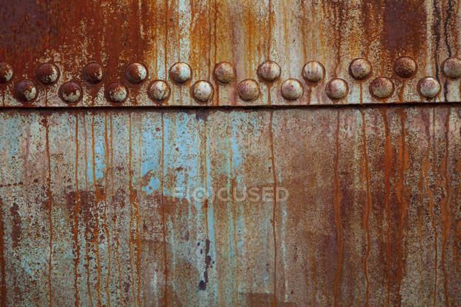 Ржавая стальная пластина с остатками краски, крупным планом — стоковое фото