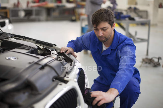 Car mechanic at work in repair garage — Stock Photo