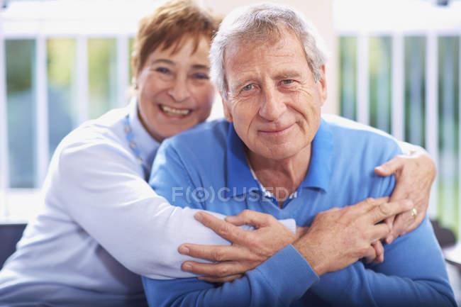 Retrato de feliz pareja de ancianos en casa - foto de stock