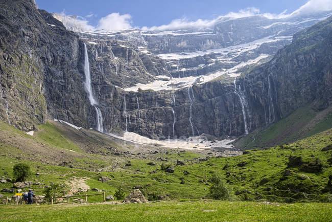 Франція, Верхні-Піренеях, національному парку Піренеї подання для Cirque de Гаварні з водоспади — стокове фото