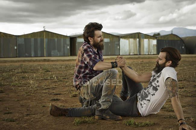 Zwei Männer mit Vollbärten versöhnen sich nach Schlägerei — Stockfoto