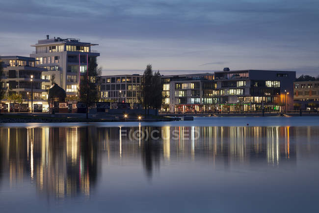 Germany, North Rhine-Westphalia, Dortmund-Hoerde, Phoenix Lake, Residential and office buildings, Specialist Medical Centre, S.E.A. House in the evening — Stock Photo