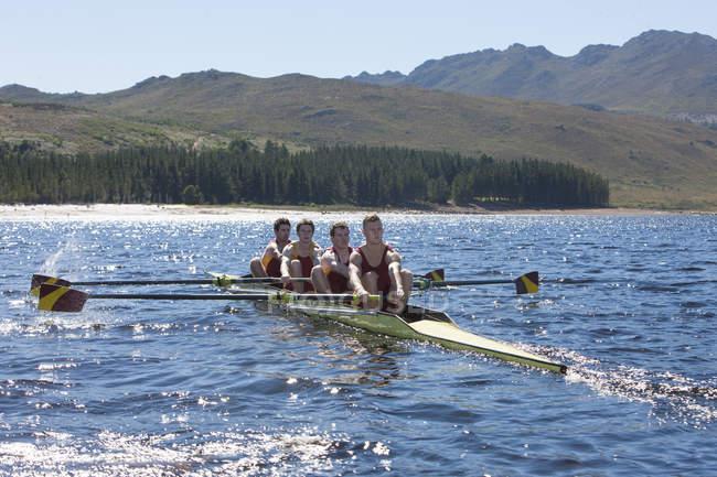 Безбилетная четырехмоторная лодка в воде — стоковое фото