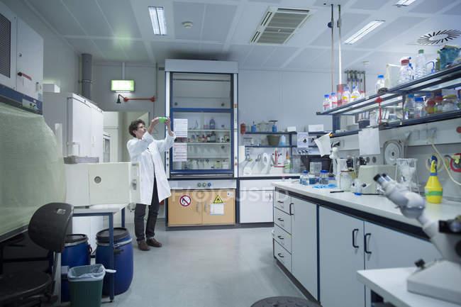Interior de un laboratorio de biología - foto de stock