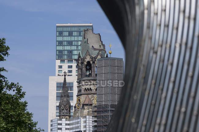 Germania, Berlino, Charlottenburg, Chiesa commemorativa dell'Imperatore Guglielmo, Scultura di Matschinsky-Denninghoff in primo piano — Foto stock