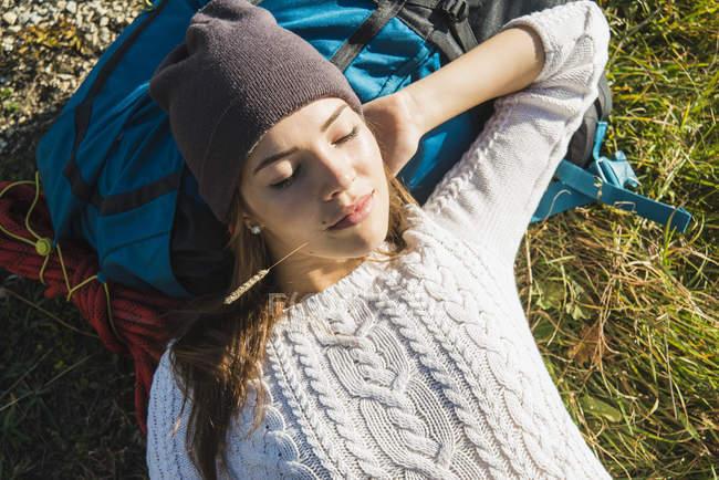 Австрия, Тироль, Тангеймер, молодой турист, отдыхающий — стоковое фото