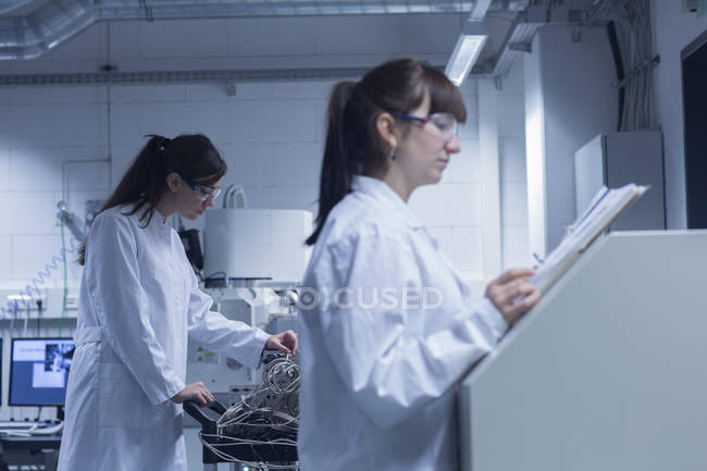 Zwei Technikerinnen arbeiten zusammen in einem technischen Labor — Stockfoto