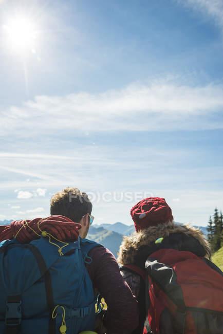 Austria, Tirolo, Tannheimer Tal, giovane coppia in montagna guardando la vista — Foto stock