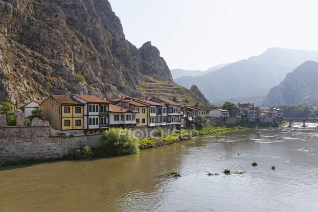 Турция, регион Черного моря, Амасья, Османской дома на реке Yesilirmak в дневное время — стоковое фото