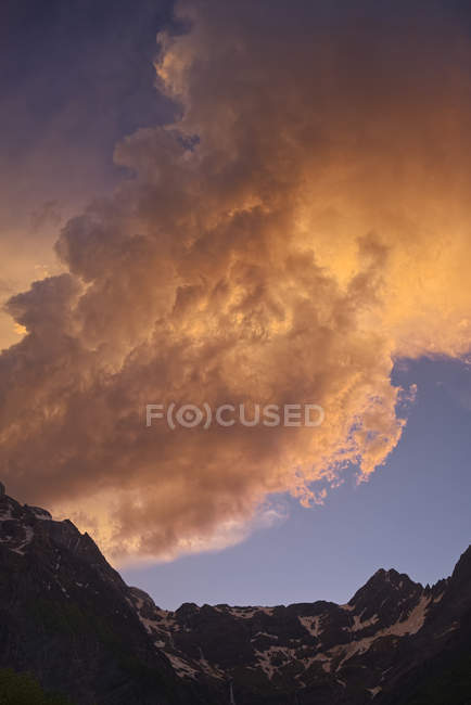 Spain, Aragon, Central Pyrenees, Ordesa National Park, Valle de Pineta zu Llanos y Cascades de la Larri, Thundercloud — Photo de stock