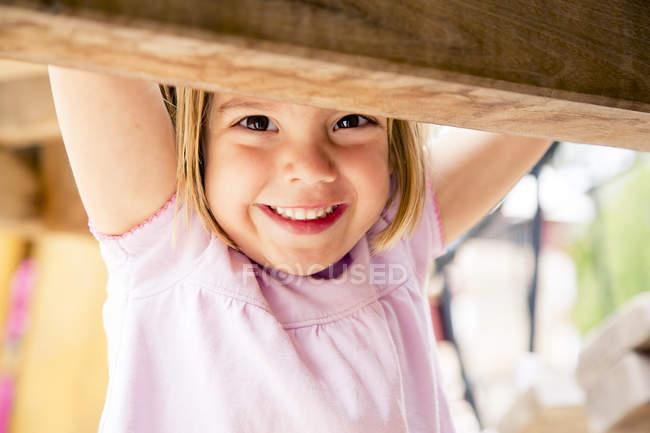 Щаслива маленька дівчинка на майданчик — стокове фото