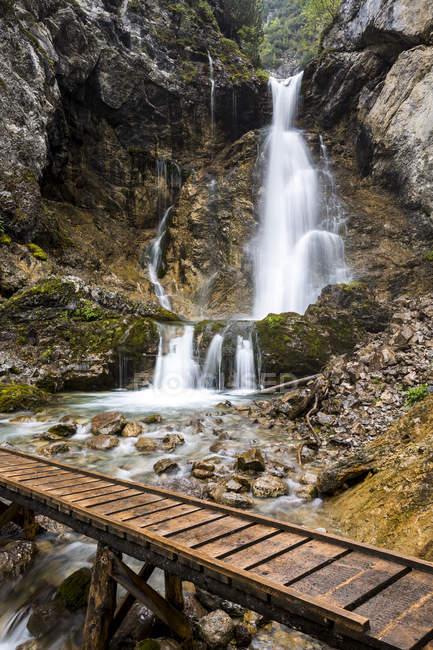 Cachoeira spullerwaldl e trilha de madeira — Fotografia de Stock
