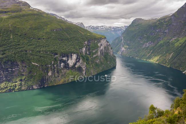 Norvège, More og Romsdal, Sunmore, Geirangerfjord Découvre port od entouré de falaises — Photo de stock