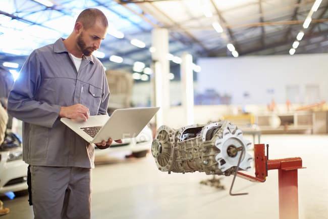Машинобудування у ремонтному гаражі — стокове фото