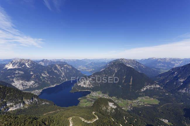 Austria, Salzkammergut, montañas del Dachstein, vista lago Hallstein - foto de stock