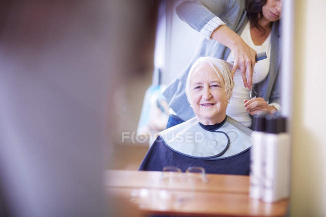 Senior woman at the hairdresser's — Stock Photo
