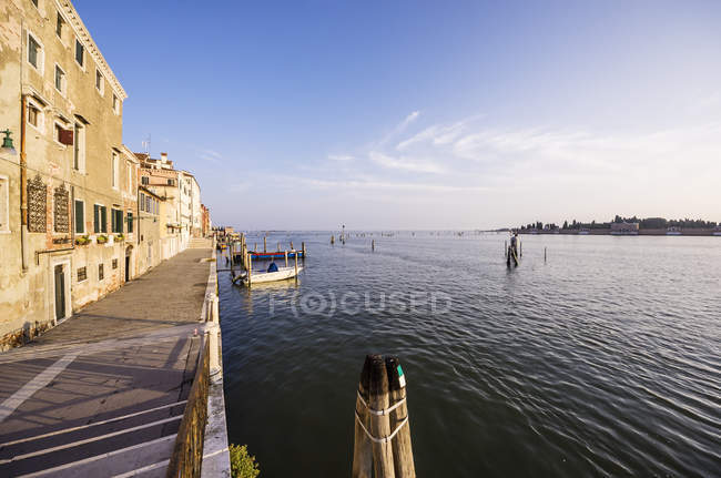Italy, Veneto, Venice, Cannaregio, Waterfront promenade — Stock Photo
