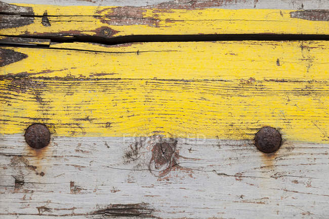 Weathered bordo di legno con vernice gialla e grigia, close-up — Foto stock
