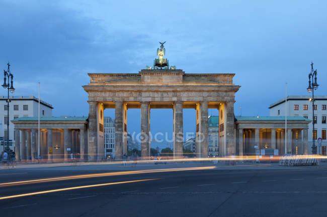 Alemania, Berlín, Berlín-Mitte, Lugar del 18 de marzo, Puerta de Brandeburgo por la noche - foto de stock