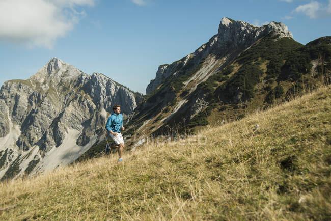 Österreich, Tirol, Tannheimer Tal, junger Mann Joggen in Bergen — Stockfoto