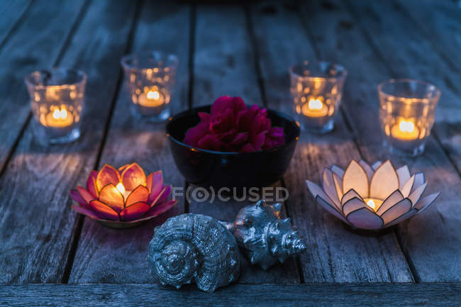 Decorative candles and seashells — Stock Photo